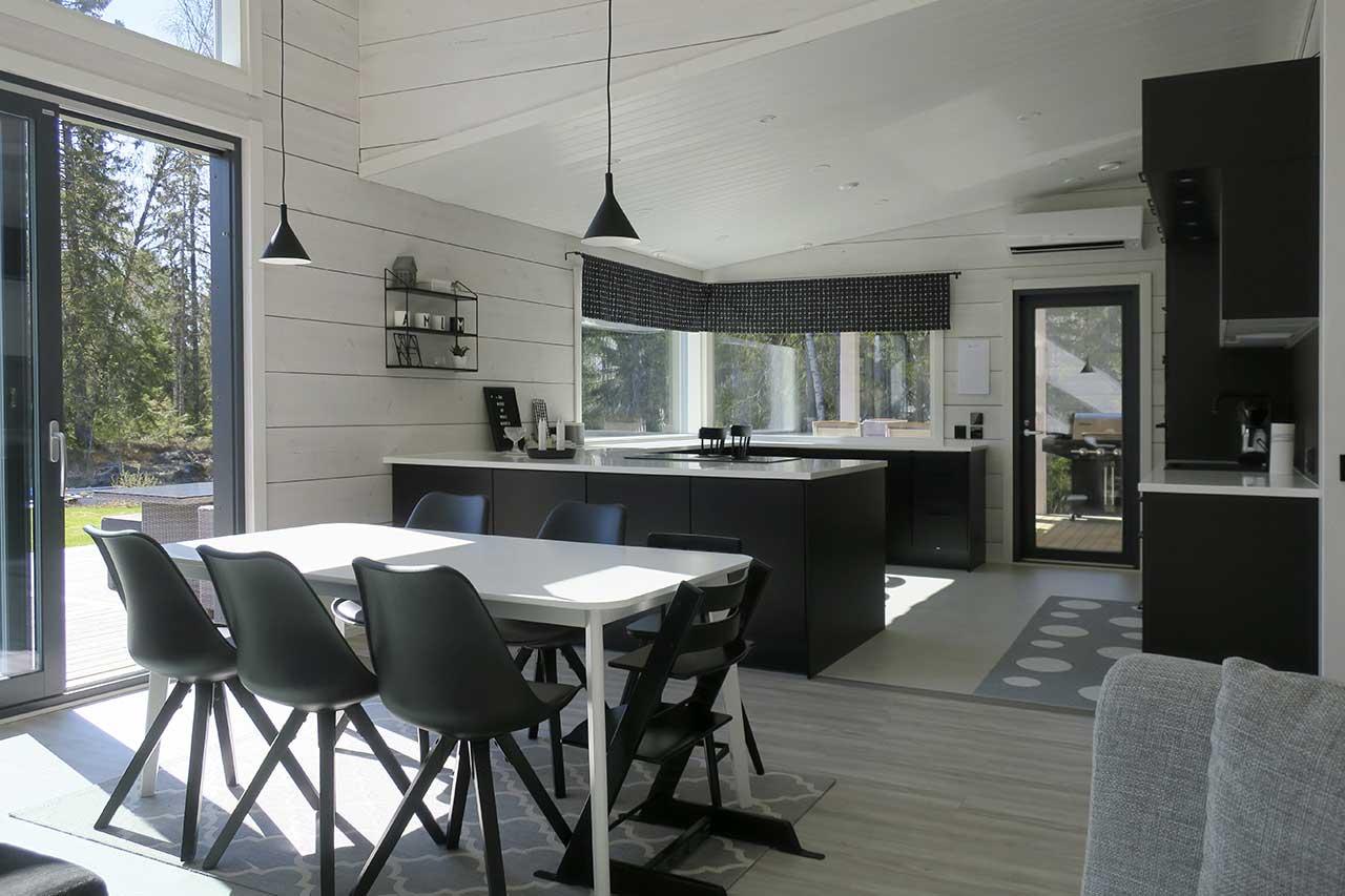 Черно-белая кухня современного дома