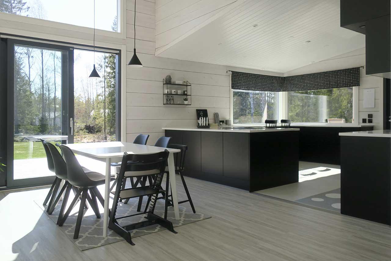 Современный монохромный интерьер дома из бруса