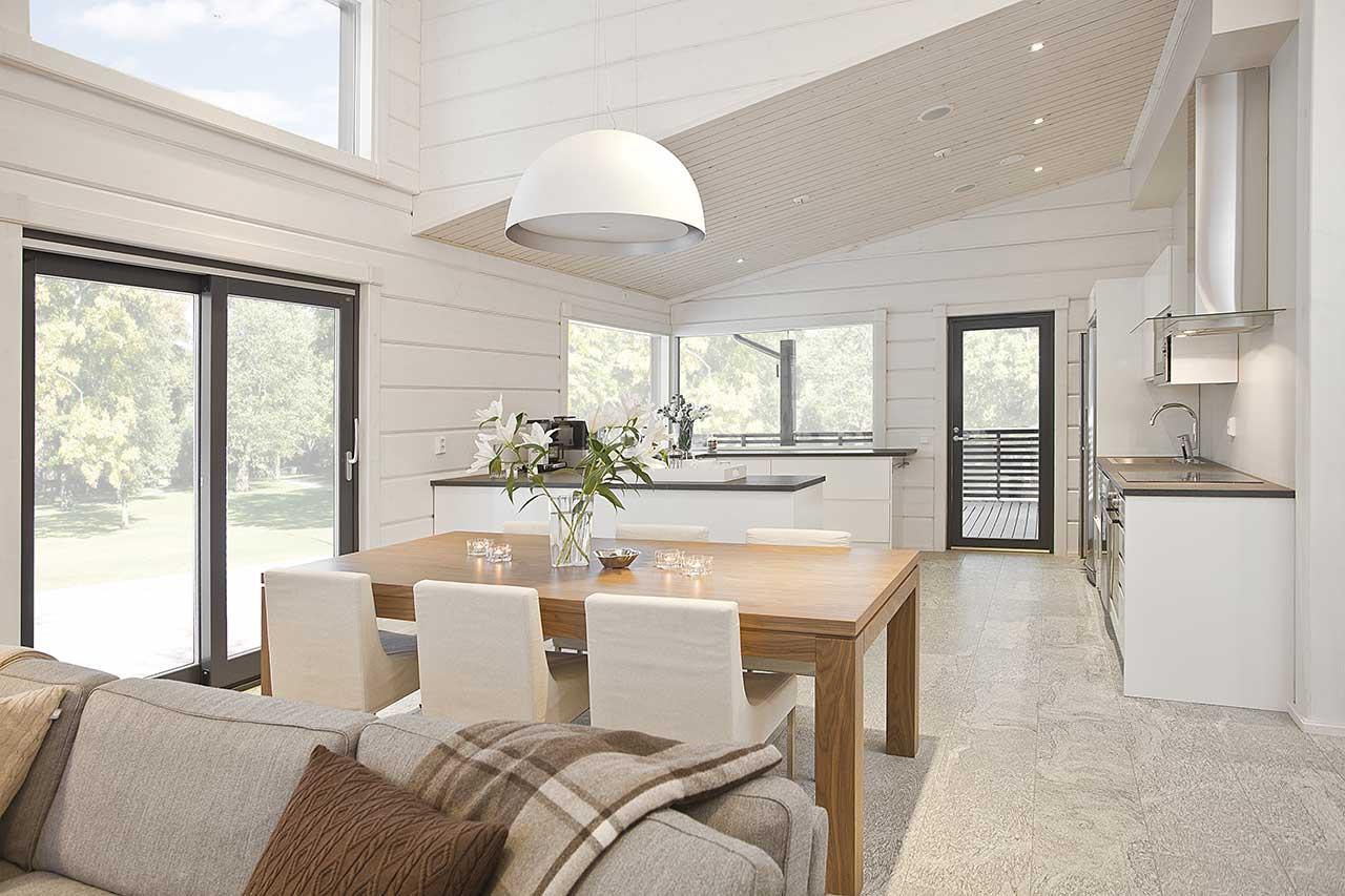 Светлый интерьер деревянного дома Контио