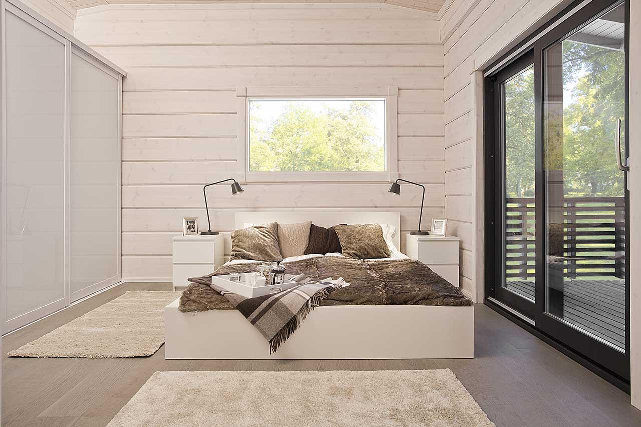 Светлая спальня с выходом на террасу
