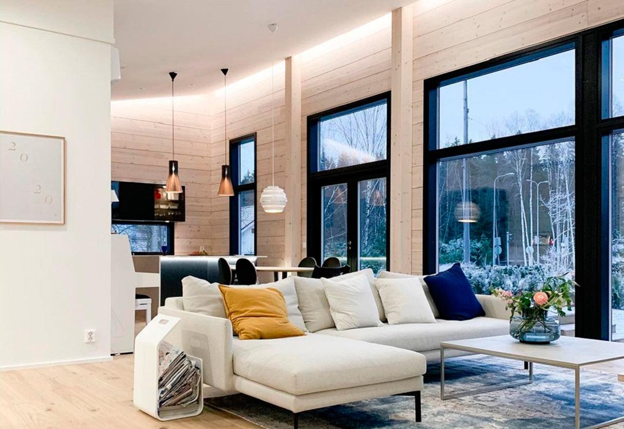 Просторная гостиная деревянного дома Скайхауз