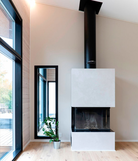 лаконичный камин в деревянной гостиной