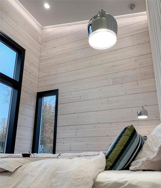 светлая спальня с деревянными стенами