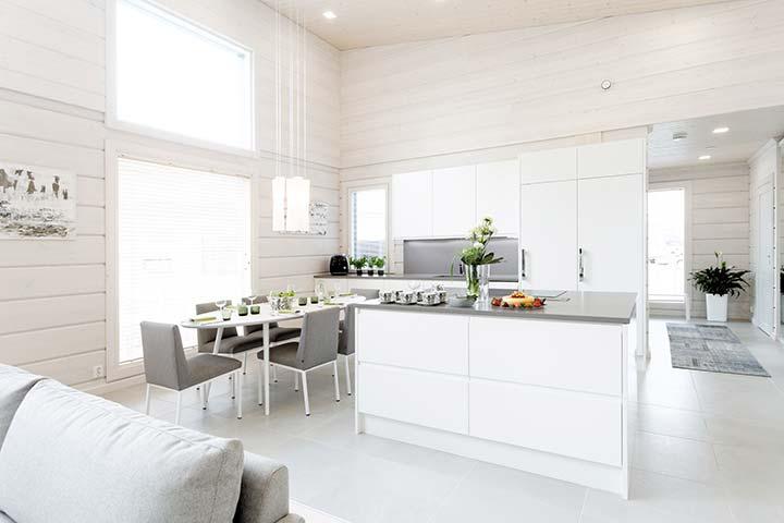 Белая кухня в доме из бруса