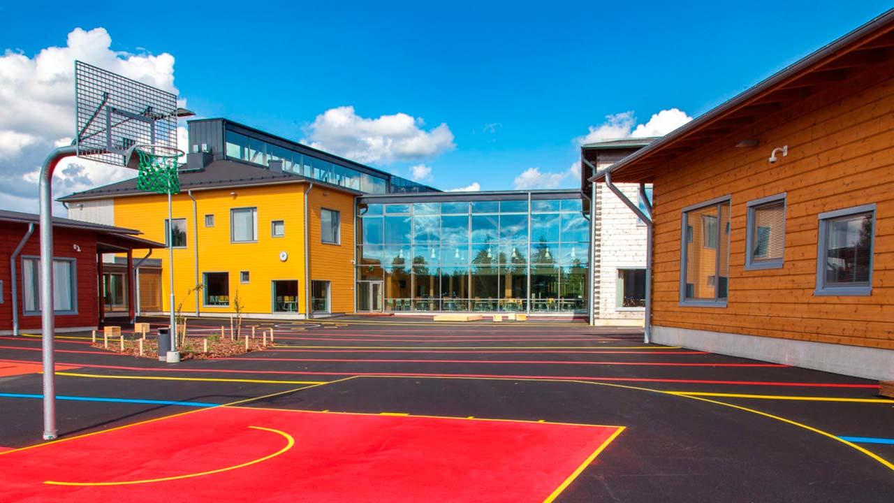 разноцветные фасады школы из бруса