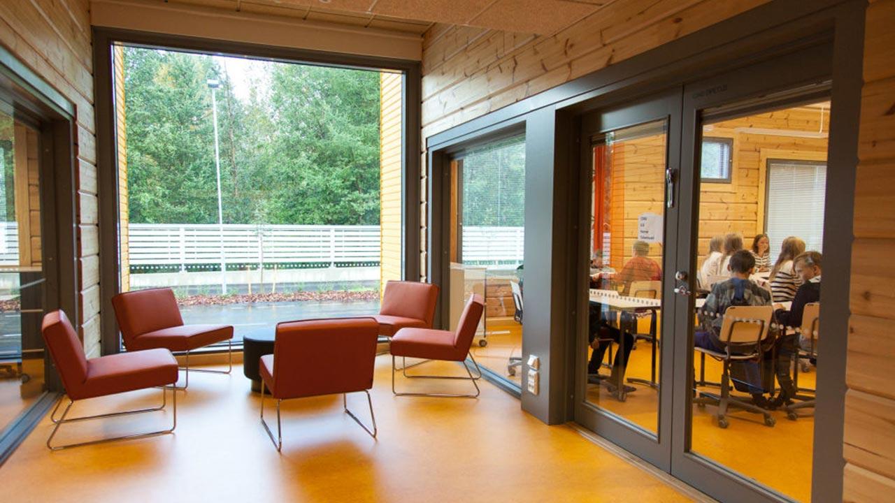 коридор из бруса в деревянной школе