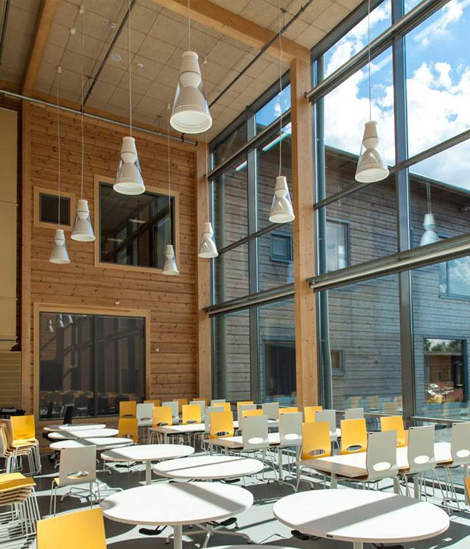 помещение столовой из дерева с высокими окнами