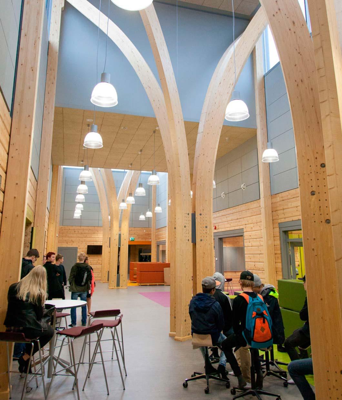 просторный холл с деревянными колоннами школы из бруса