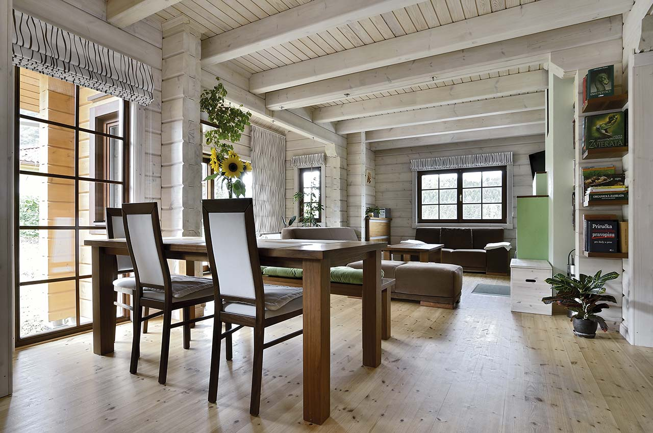 Светлая уютная гостиная с обеденным столом