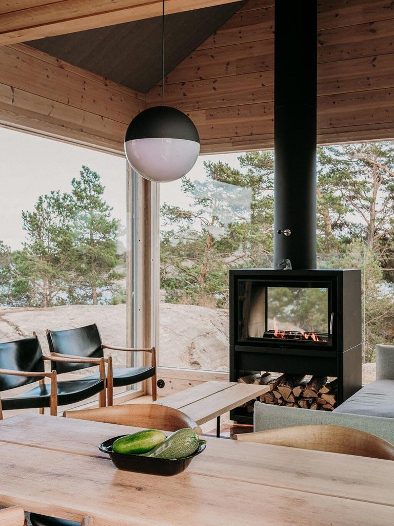 большие окна гостиной с камином