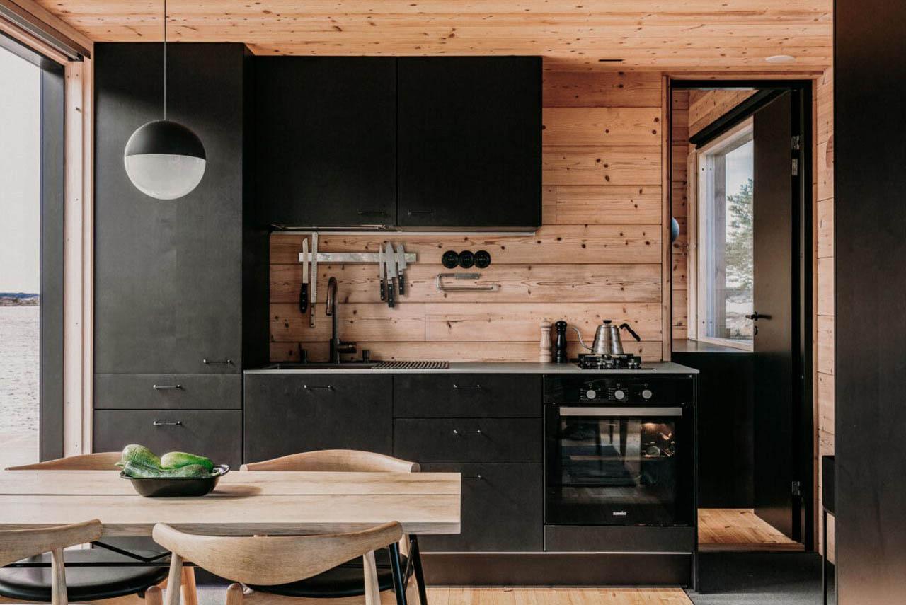 темная кухня в дизайне деревянного дома