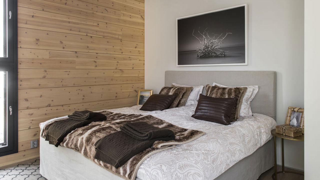 интерьер спальни дома из бруса