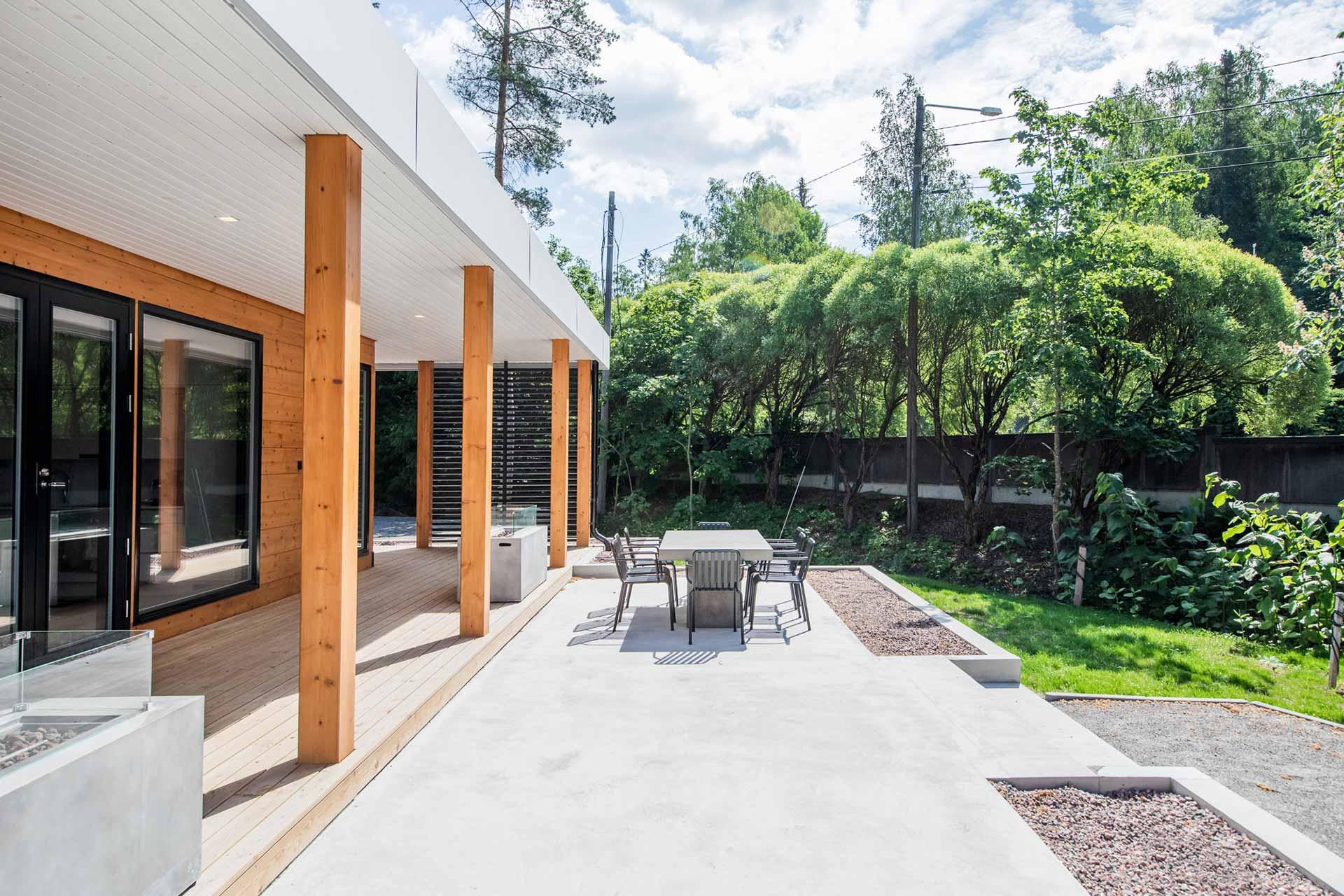 Просторная терраса деревянного дома