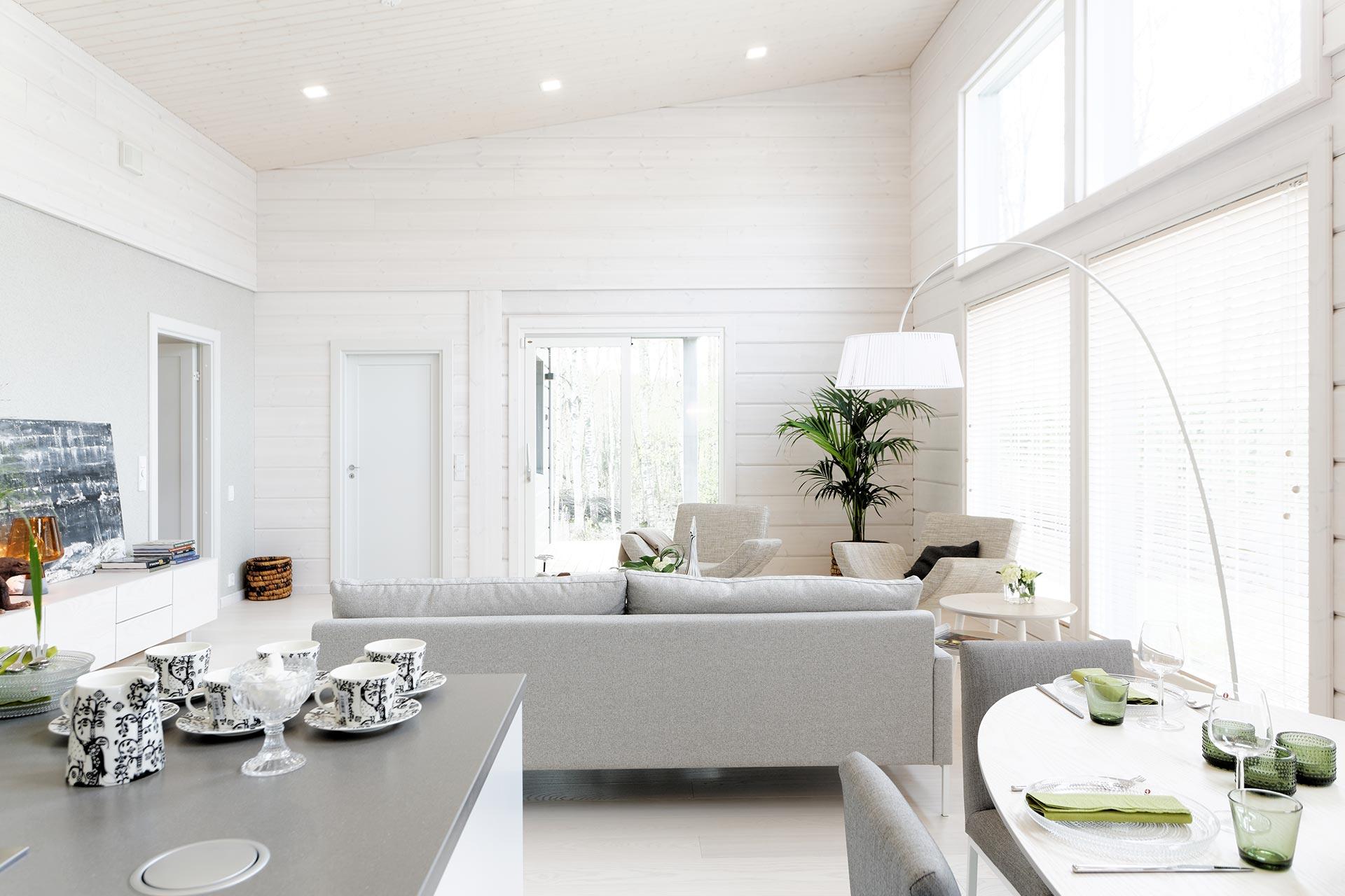 Монохромный интерьер деревянного дома