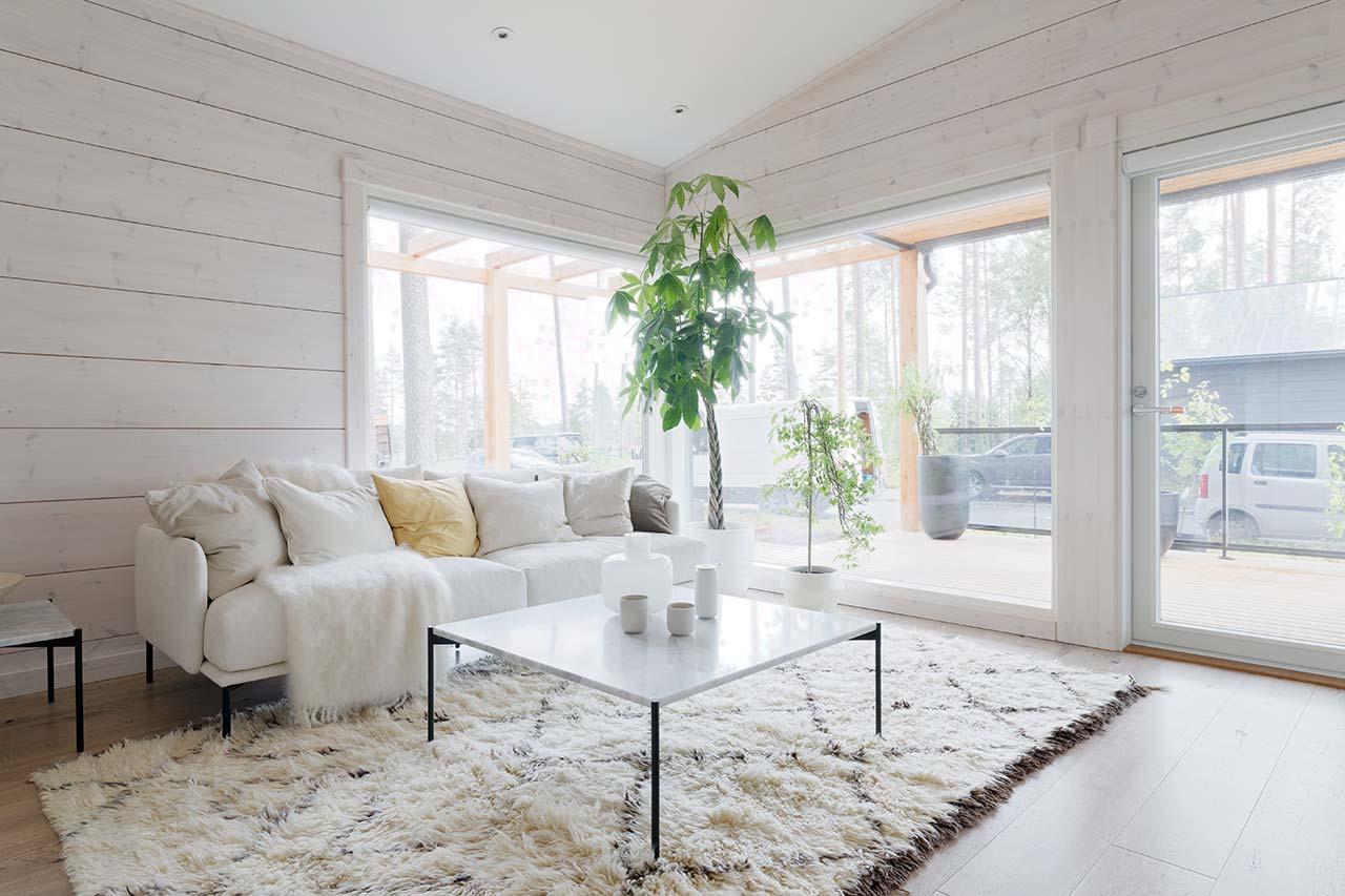 Современный интерьер гостиной дома из бруса Тойве