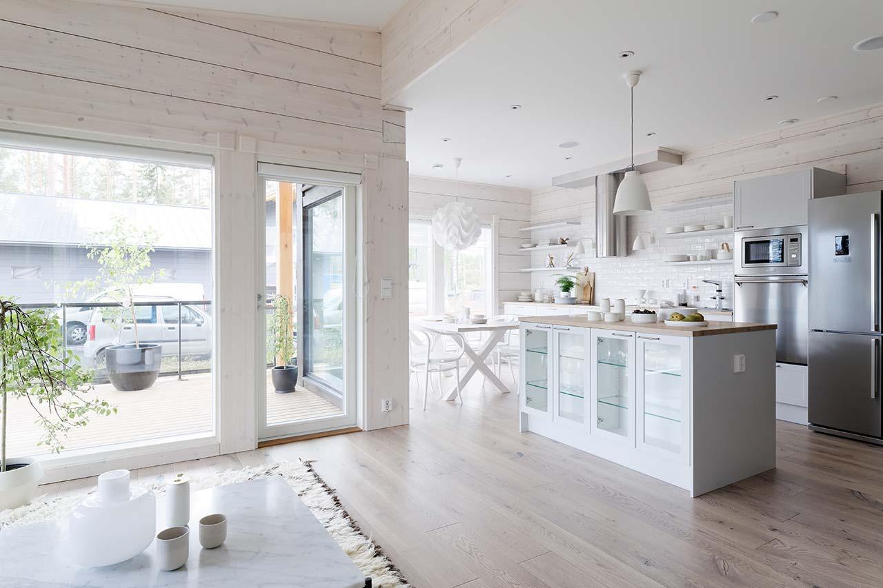 Оформление кухни скандинавского деревянного дома Тойве