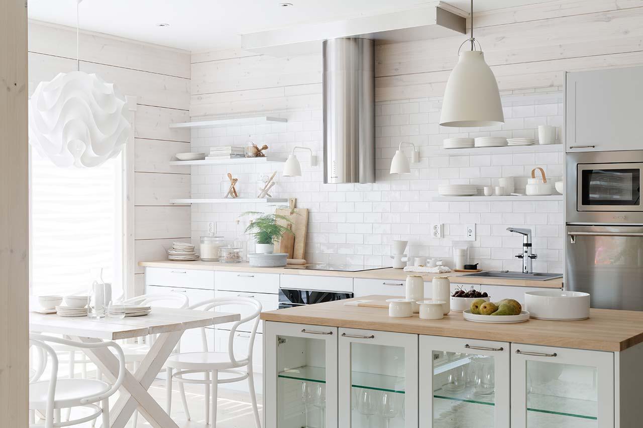 Дизайн кухни в коттедже из бруса Тойве