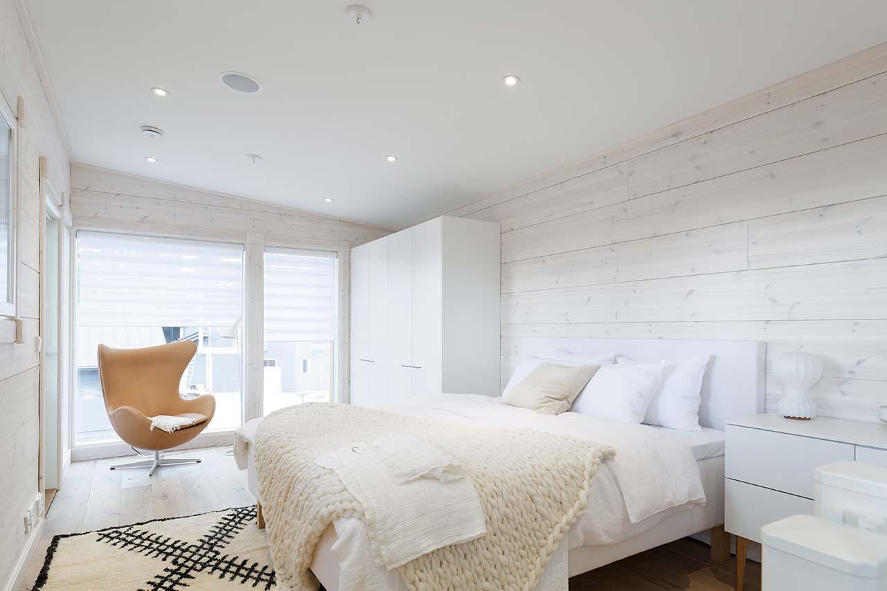 Интерьер спальни в деревянном коттедже Тойве