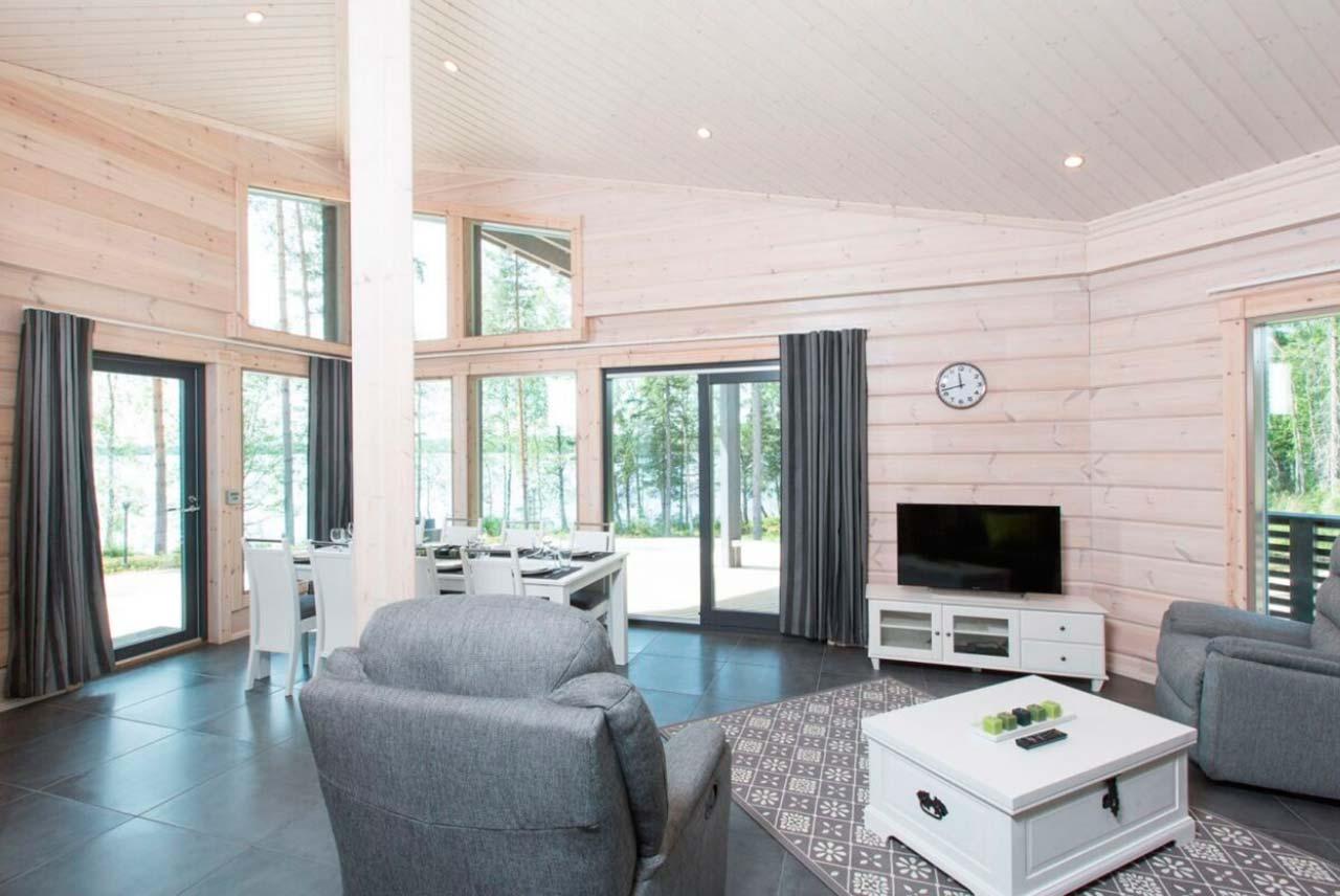 Интерьер светлой гостиной дома Сараниеми