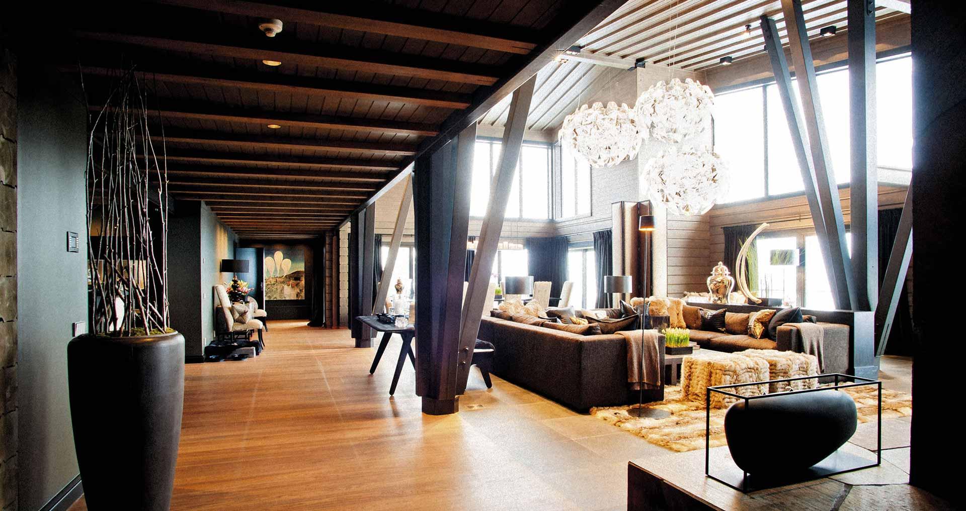 Просторный холл деревянного дома