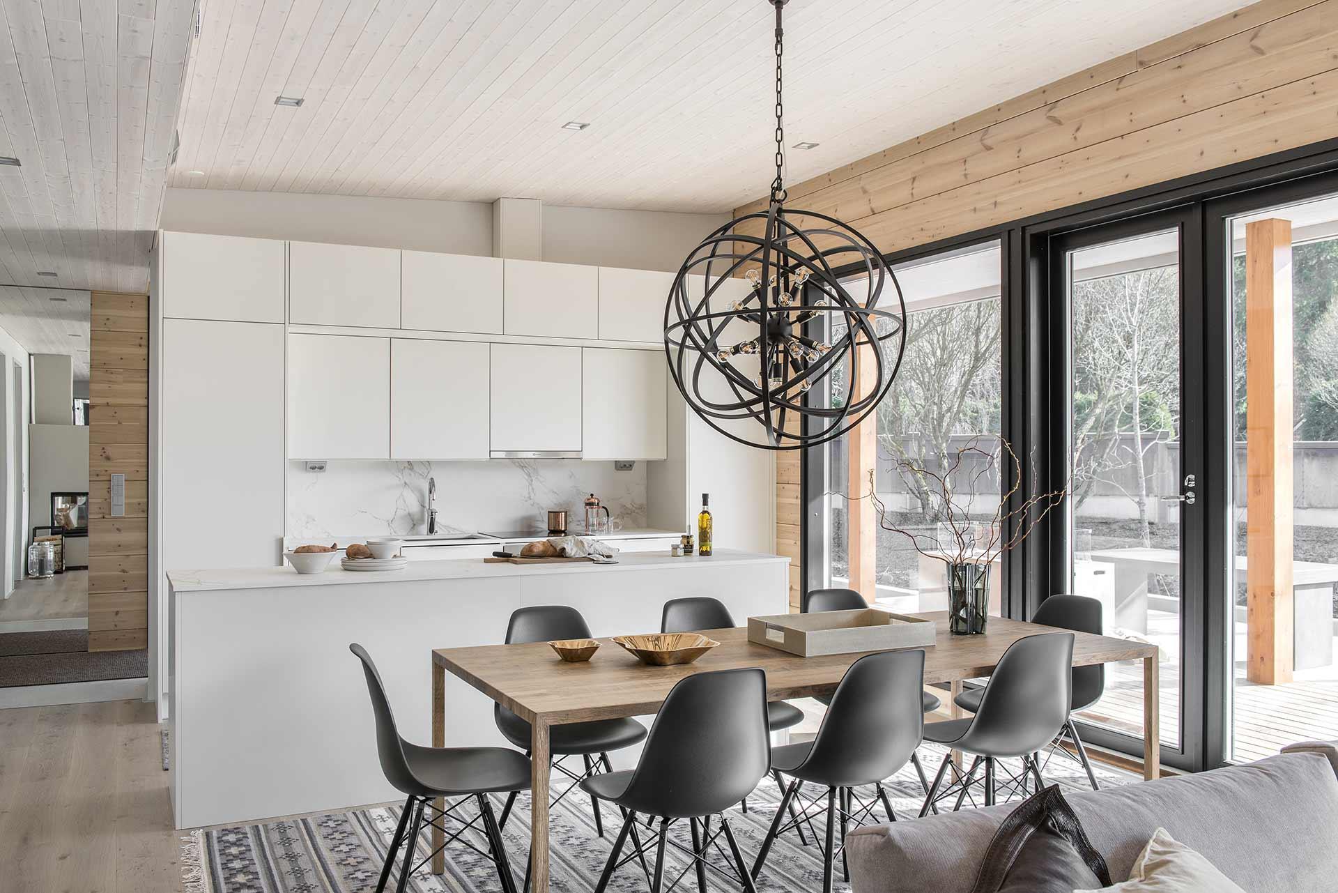 Финская кухня с высокими окнами
