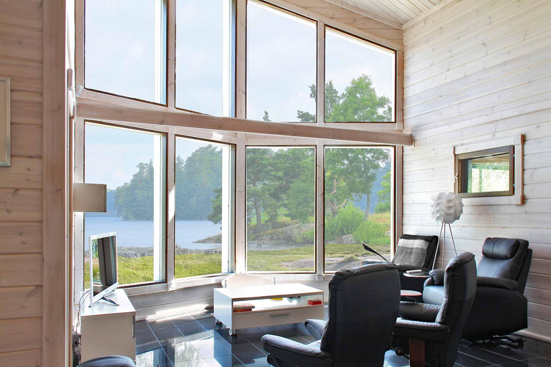 Просторная гостиная с высокими окнами