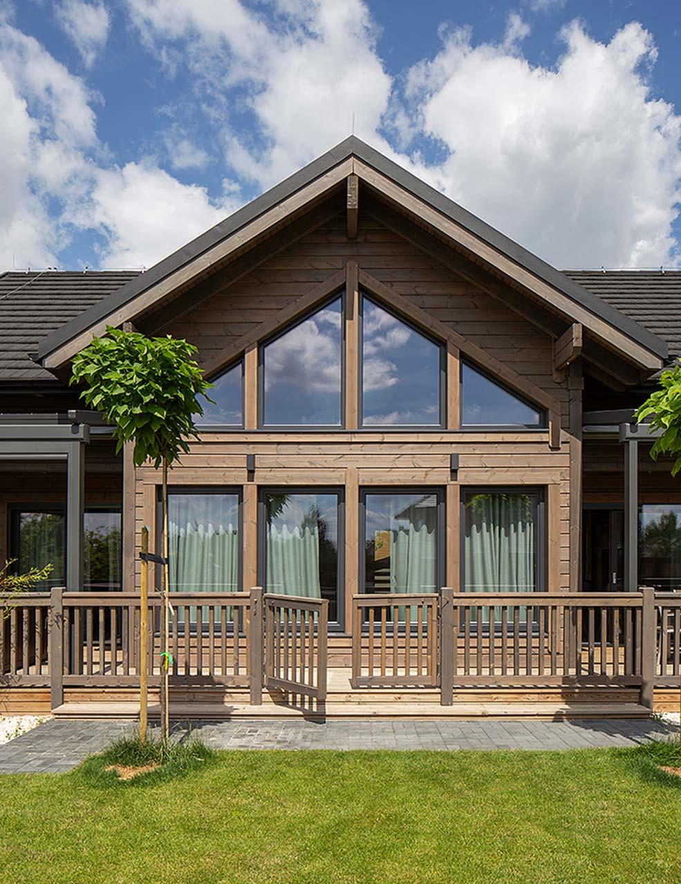 коричневый фасад деревянного дома