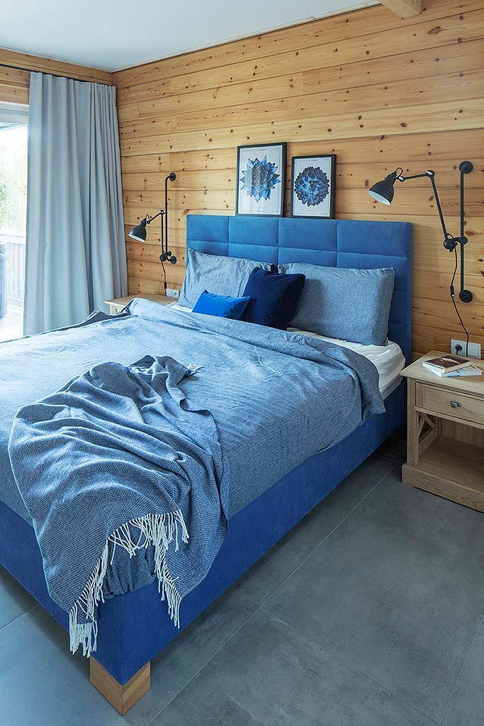 яркая васильковая спальня и деревянные стены