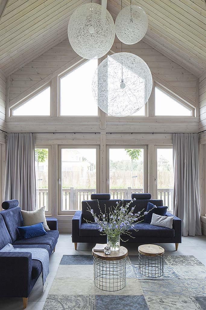 большие окна и высокие потолки