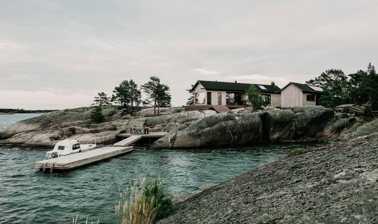 дом из бруса возле воды