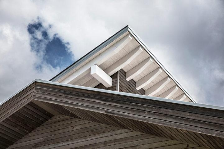 Крыша дома из дерева