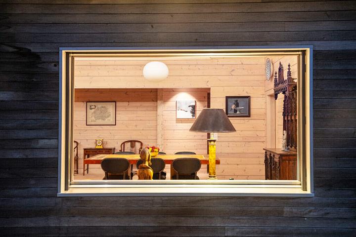 Окно в доме из дерева