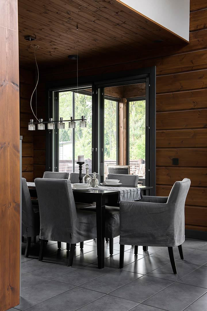 Темные оттенки деревянного дома