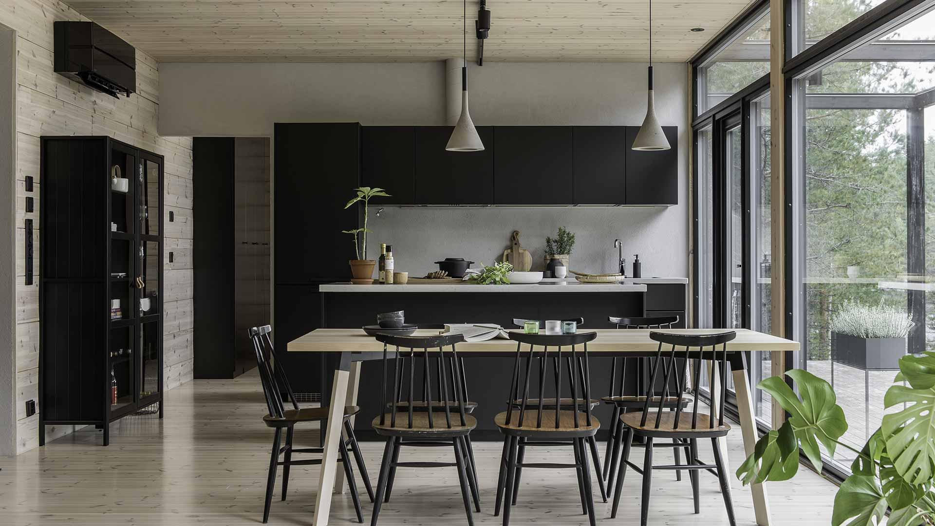 Дизайн кухни дома из дерева