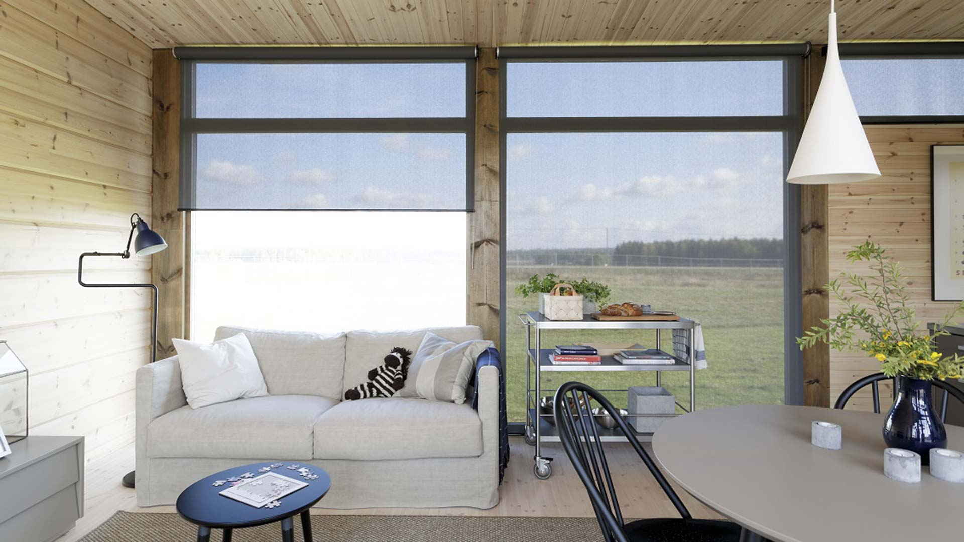 Высокие окна в интерьере дома