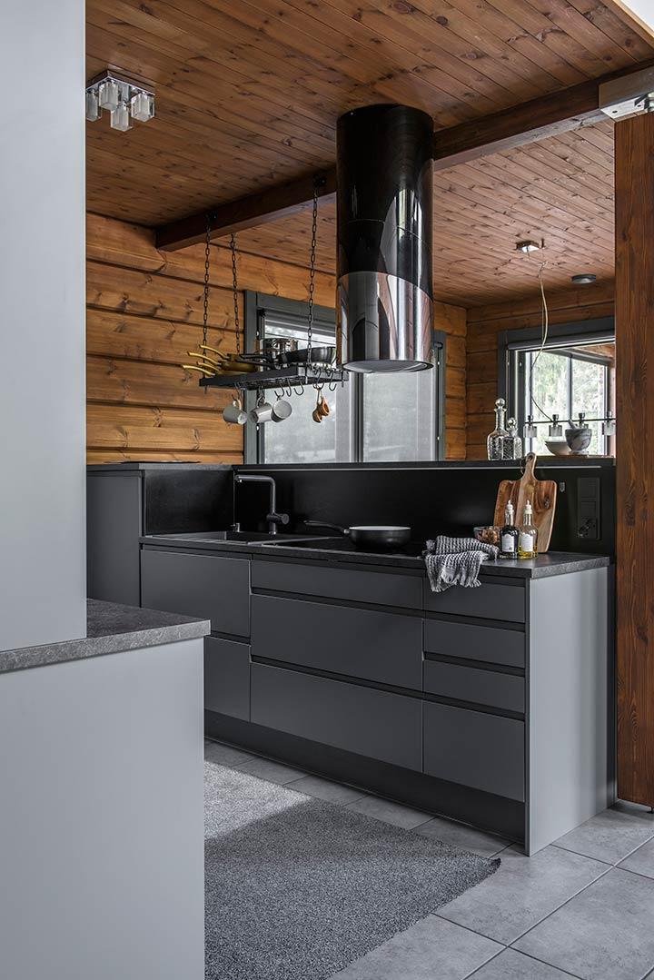 Современная кухня в брусовом доме