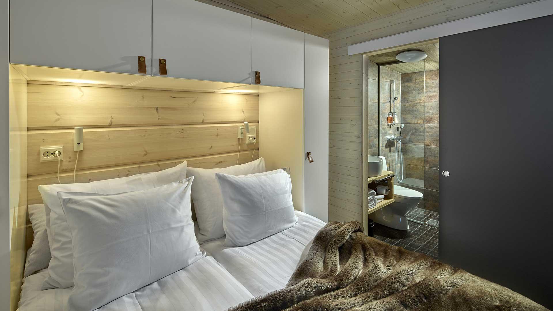 Светлая спальня в доме из дерева