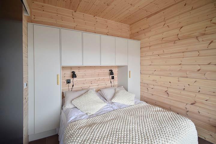 Спальня в коттедже из бруса