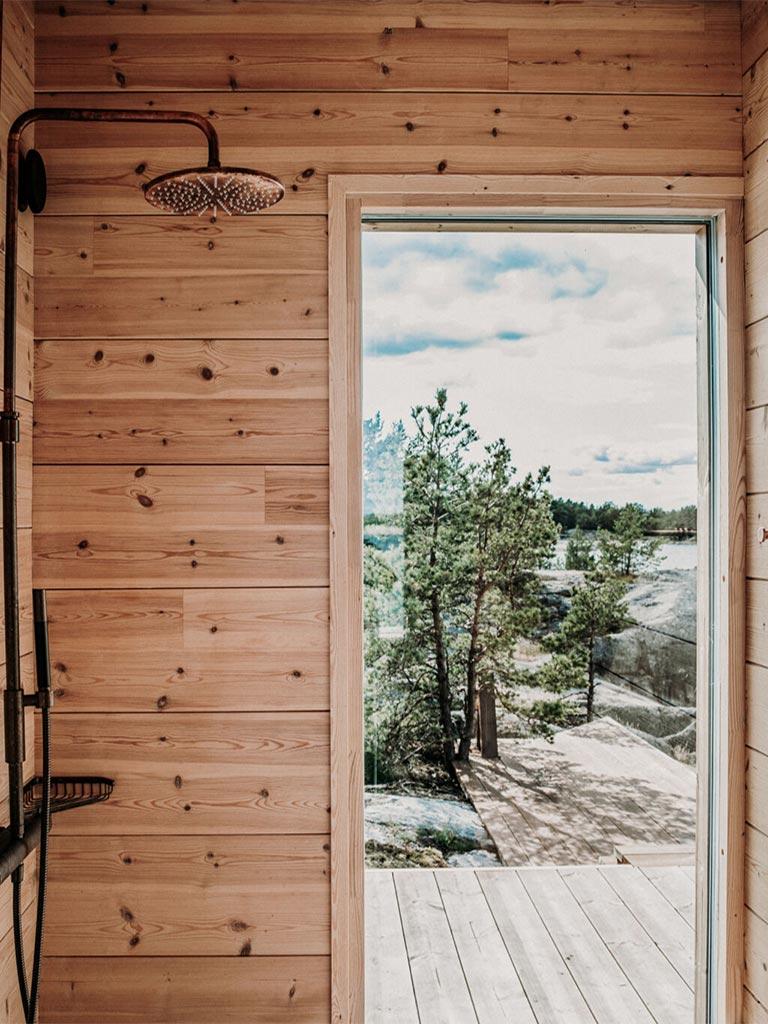высокое окно в доме из бруса