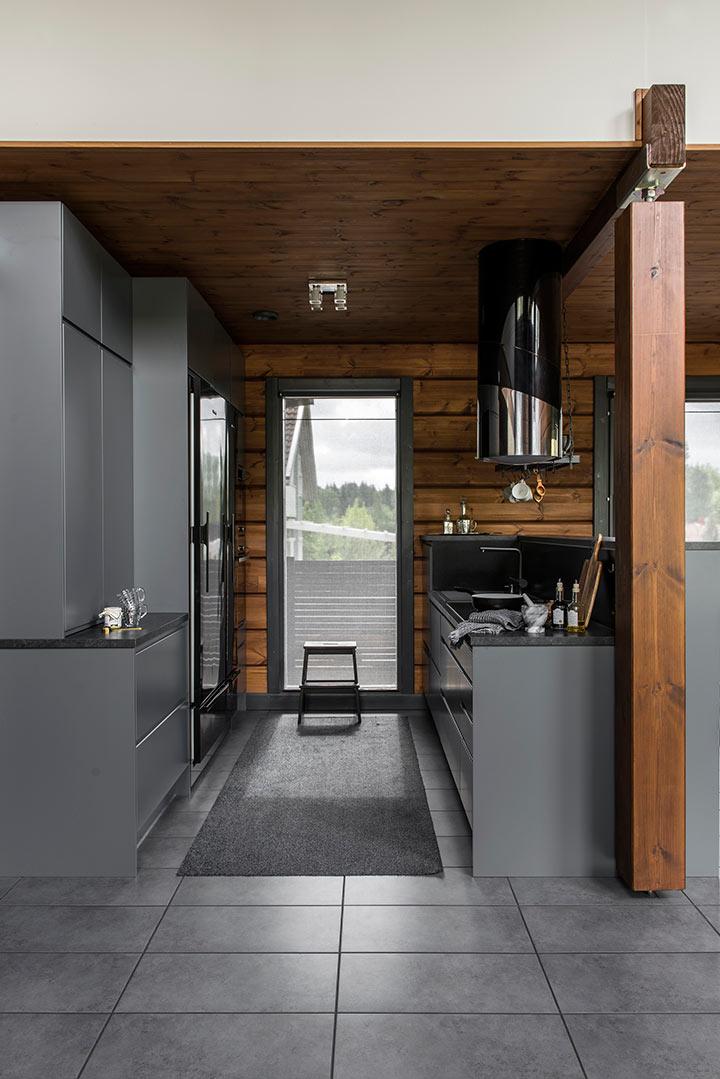 Стильная кухня деревянного дома