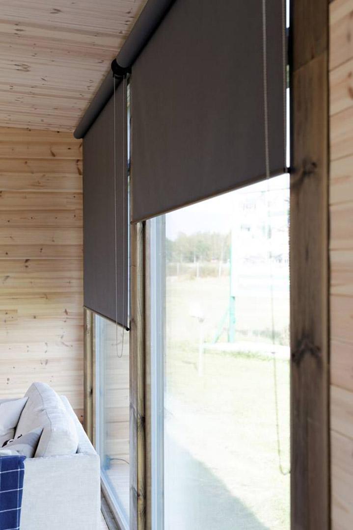Высокие окна в коттедже из бруса
