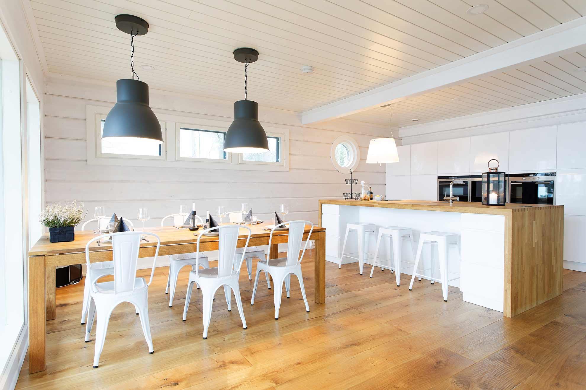 Светлая кухня в доме из бруса