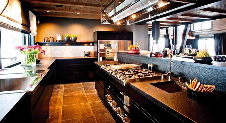Темная кухня в доме из бруса