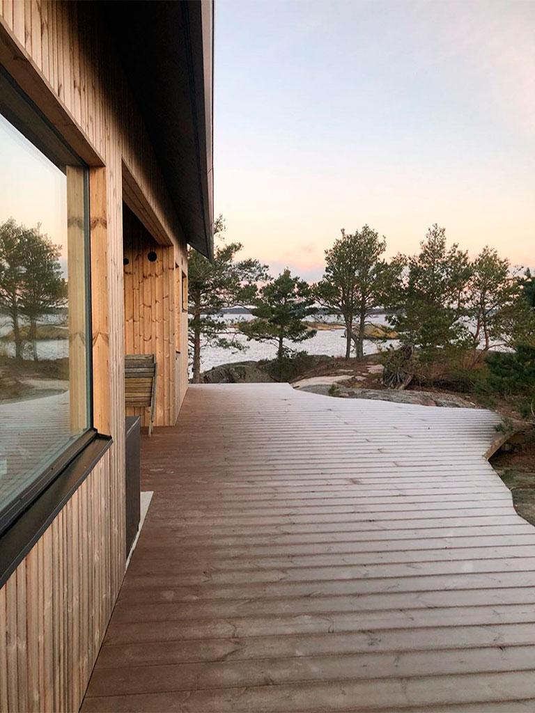 терраса из лиственницы и деревянный дом