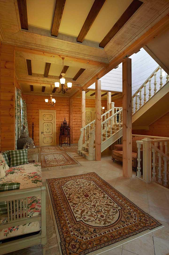 Холл с резной лестницей